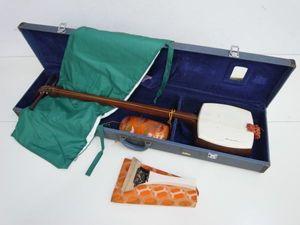 V009-N17-5 三味線 紅木 丸打胴 地唄 正寸 和楽器 撥 ハードケース ...
